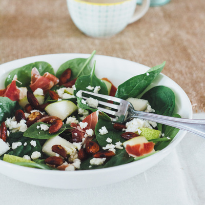 Spinach, pear, serrano ham, feta cheese and almond salad recipe
